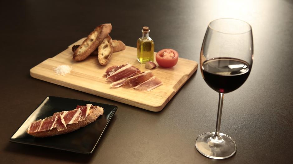 Spanish wine and tapa mix